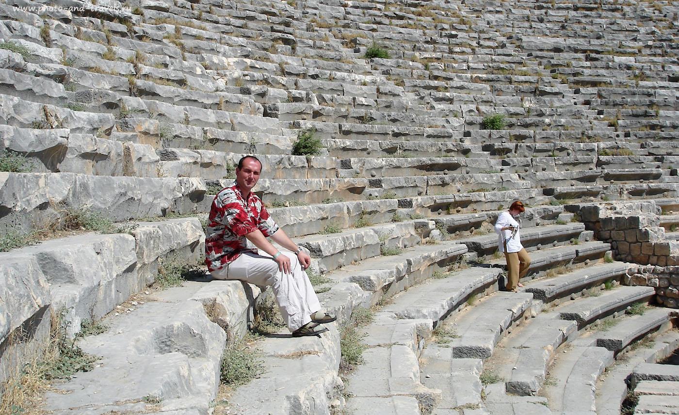 Фотография 7. На ступенях амфитеатра в Мире. Отзывы туристов об экскурсии «Демре – Мира – Кекова» в Кемере.