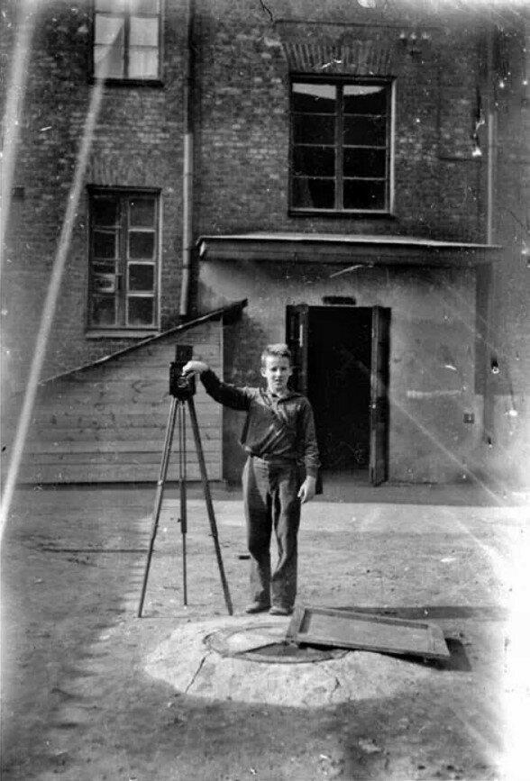 1936. Вид со двора на подъезд дома 12 по улице Образцова (фотограф Анатолий Крымский)
