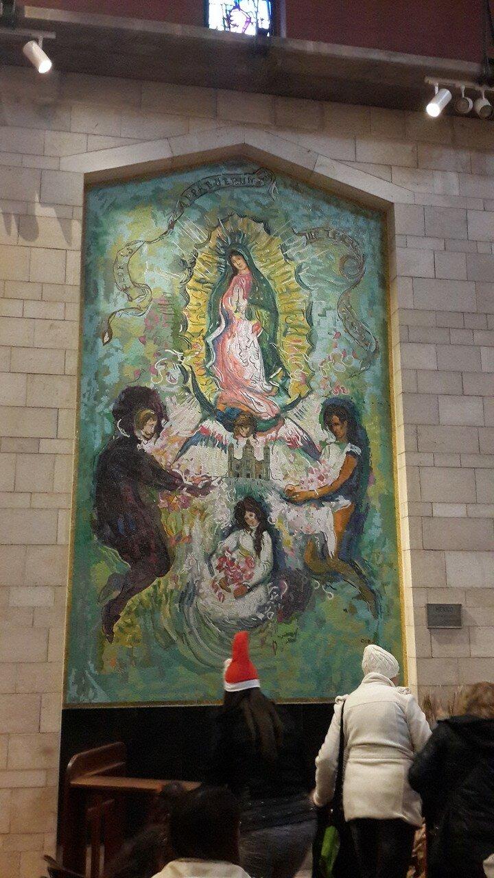 Базилика Благовещения. Верхний уровень. В открытой галерее представлены мозаичные изображения Богородицы, подаренные различными странами мира