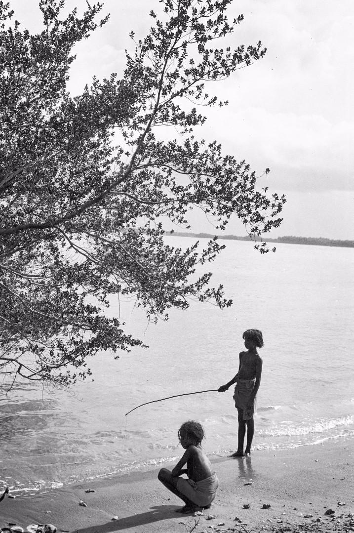332. Калкуда. Дети введов ловят рыбу