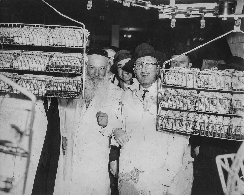 1930-е. Раввин Моше Файнштейн в заводском цеху. Он жил в Нижнем Ист-Сайде и отвечал за кашрут