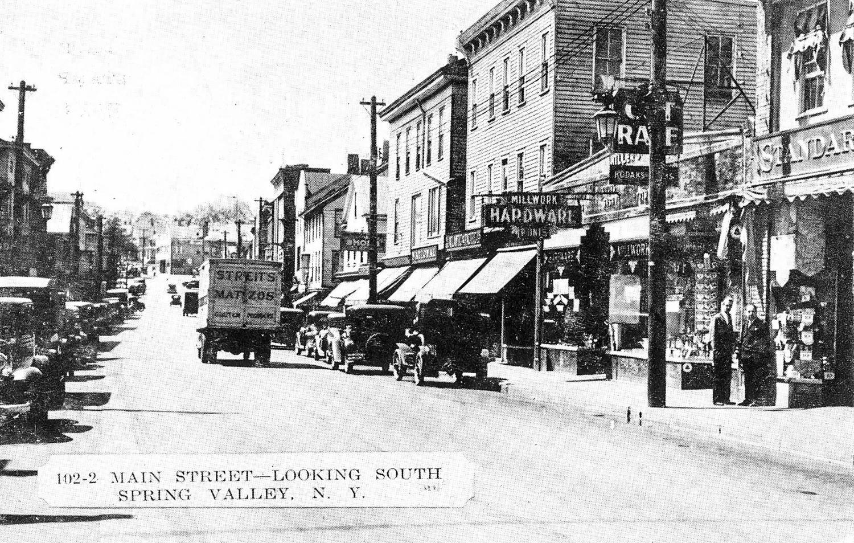 1940-е. Заводской грузовик на главной улице в Спринг-Вэлли, штат Нью - Йорк.jpg
