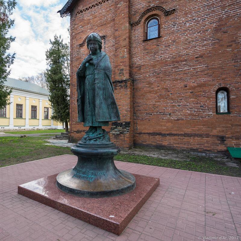 Углич. Памятник царевичу Дмитрию.