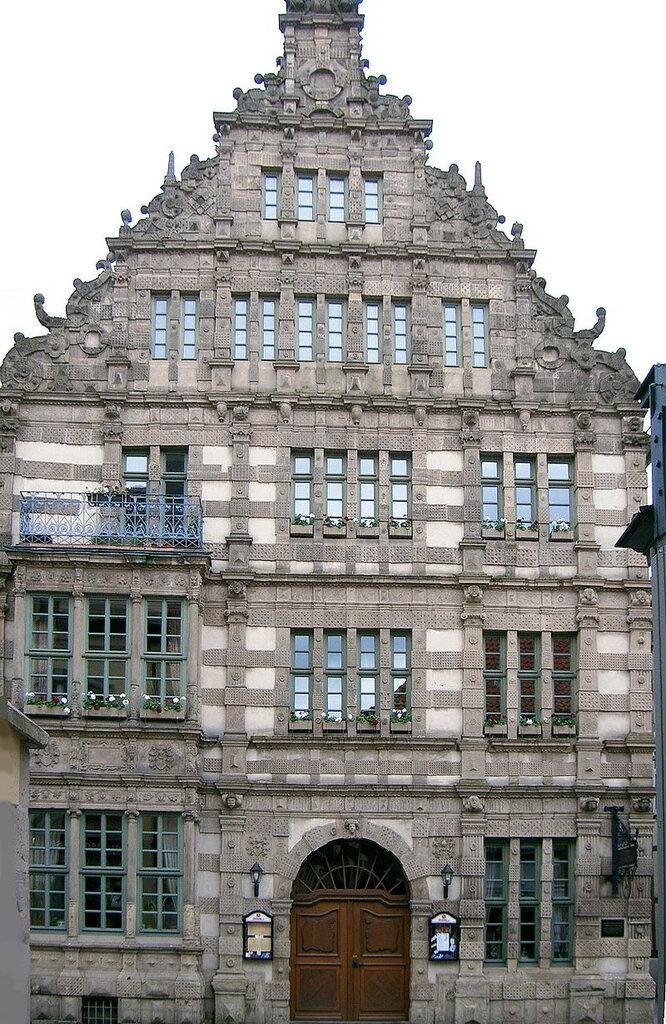 800px-Hameln_Rattenfaengerhaus_Fassade-.jpg