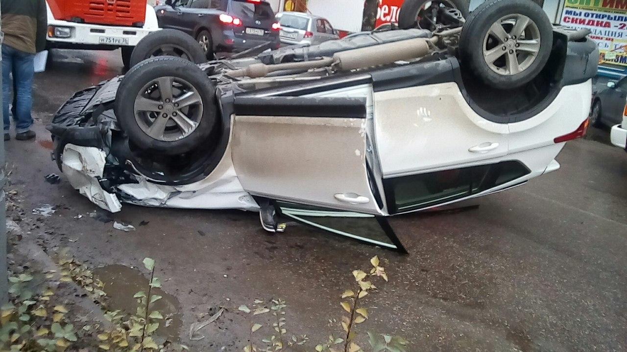 ВВоронеже вседорожный автомобиль  врезался вприпаркованное авто иперевернулся