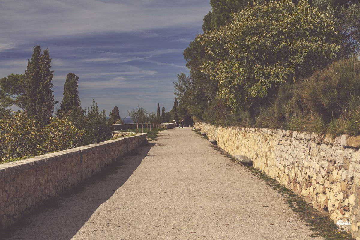 Это вот как раз та самая городская стена, справа городок, слева долина.