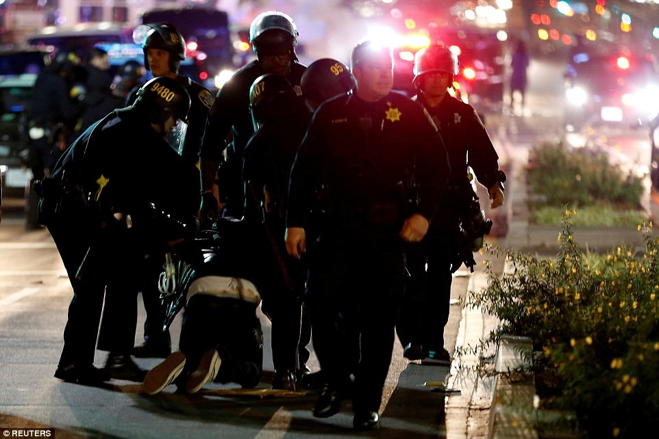 Несколько полицейских в Окленде получили ранения во время акции против избранного президента США Дон