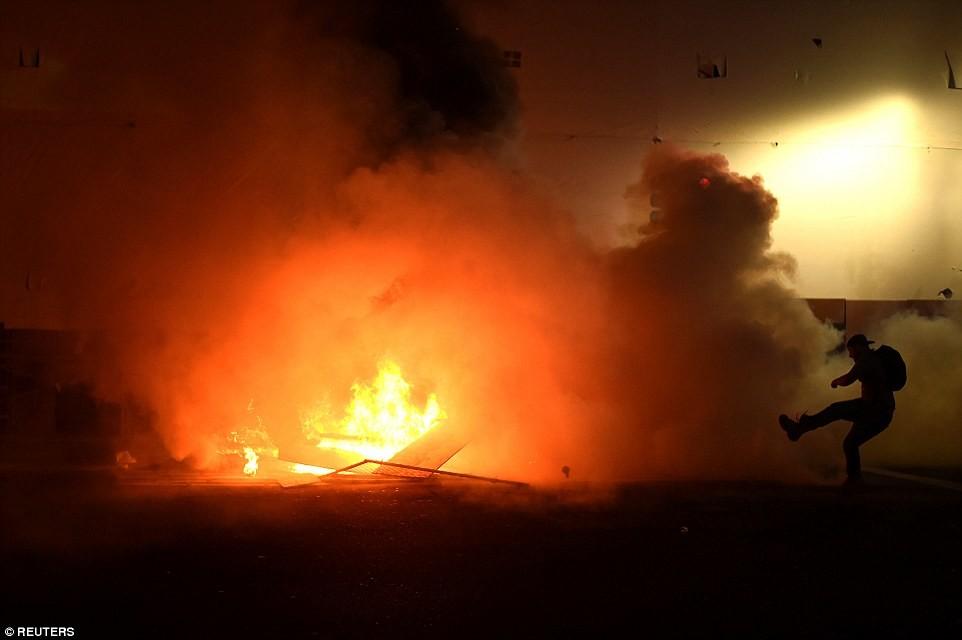 В Твиттере появилось много видео горящих баков на улицах города, и полицейских, которые задерживают