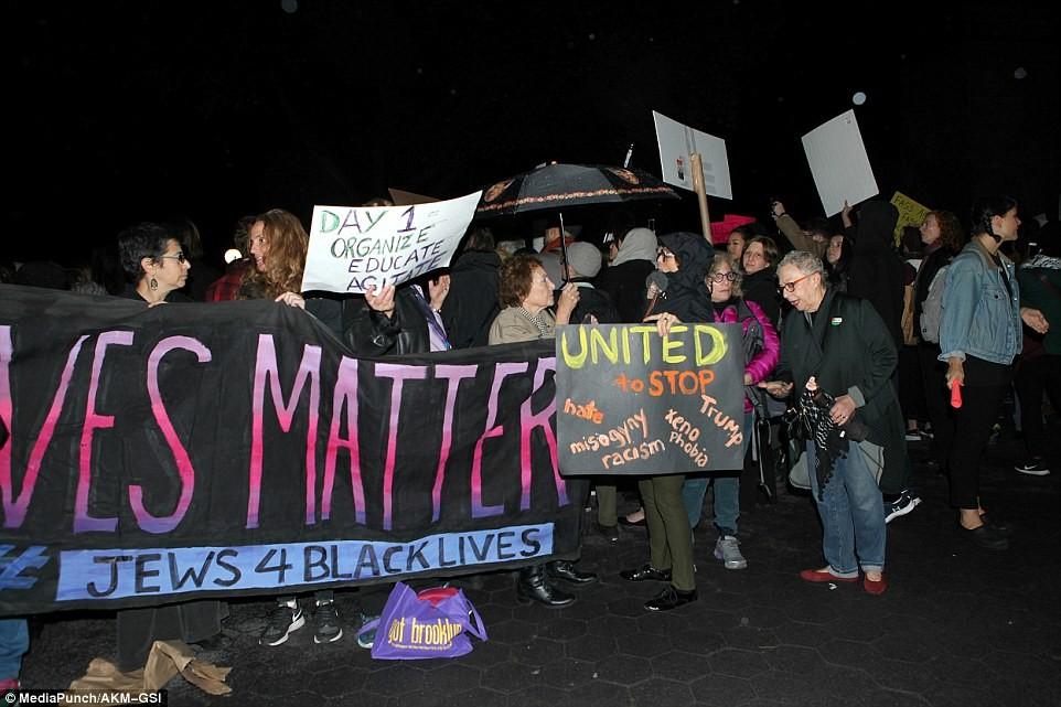 Полиция Нью-Йорка образует живую цепь, чтобы остановить тысячи демонстрантов