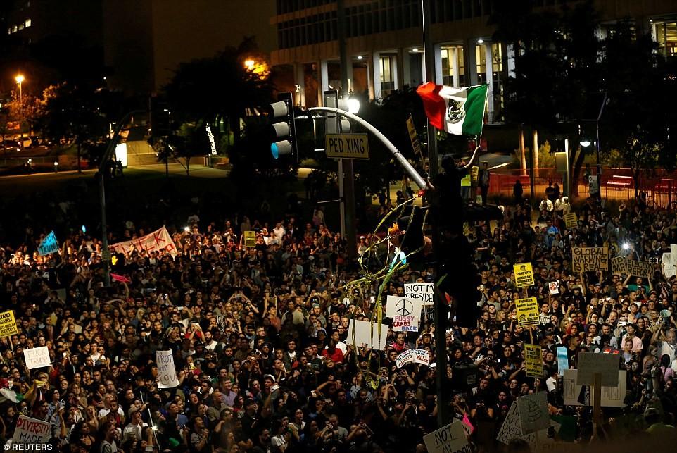 Сиэттл Сиэттл: Женщина кричит в знак протеста против Дональда Трампа на Капитолийском холме.