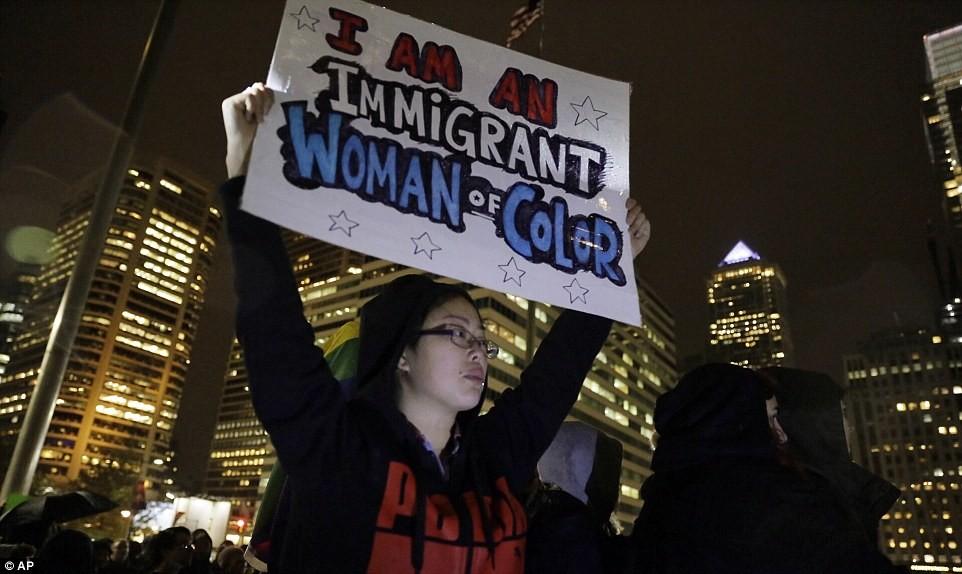 """Чикаго, Иллинойс Тысячи активистов несли плакаты с надписью """"Стоп Трамп!"""" и """"Нет п"""