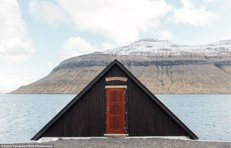 Дом на фоне красивых заснеженных гор на острове Стреймой.