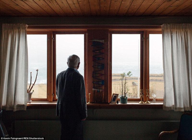 Джоан Хендрик, автор первого словаря фарерского языка, в своём доме с видом на Атлантический оке