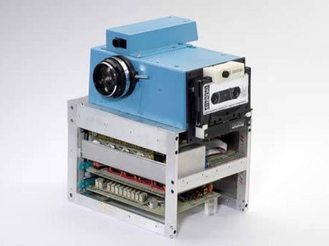 Первая цифровая камера, 1975 год Первую в мире цифровую камеру изобрел инженер компании Kodak Стив С