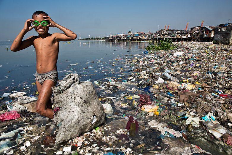 7. Ежедневно этот мальчик собирает пластиковый мусор, чтобы сдать его за 35 центов за кг и помочь св