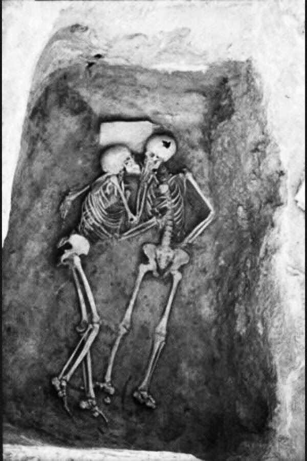 8. Друзья до гроба Эта археологическая находка была сделана в Иране в 1972 году. Двое молодых мужчин