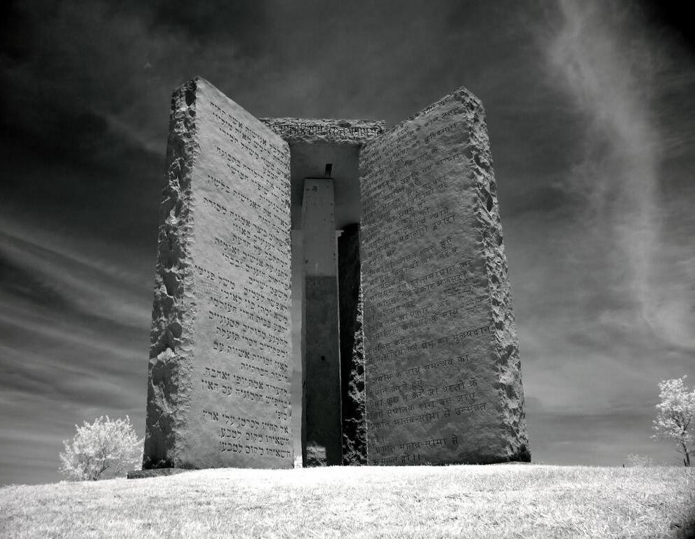 Хотя сам памятник не содержит зашифрованных сообщений, но его назначение и происхождение окутан
