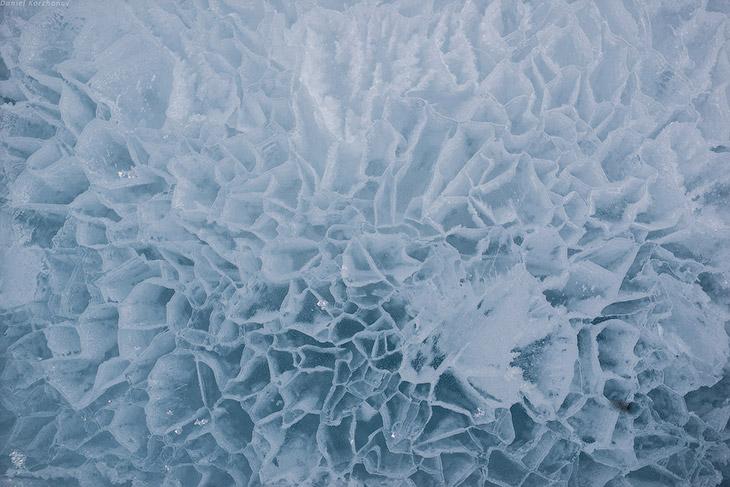 И вот, обогнув поля торошения у мыса Хобой, мы выехали к самому центру Байкала. Здесь одинаково дале