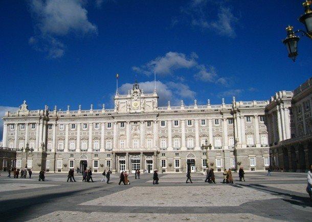 4. Королевский дворец в Мадриде, Испания Королевский дворец в Мадриде, построенный на месте крепости