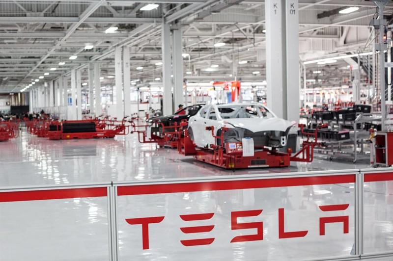 Только-только Тесла вышла наконец на массовое производство и получение прибыли, как Маск решил вогна