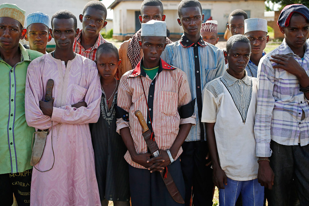 6. Женщины с детворой в разноцветных одеждах. 80 % от 4,6 миллионного населения республики хрис