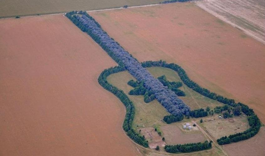 Похожую историю хранит в себе и километровая «гитара», простирающаяся по аргентинской степи. Фермер
