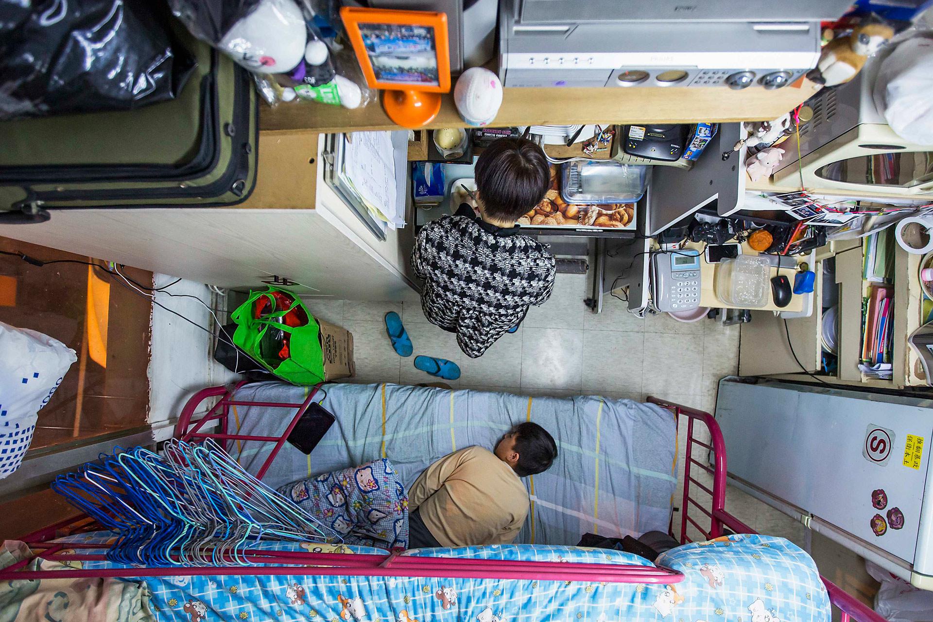 А вот в Гонконге дела с ценами на недвижимость обстоят иначе. Эти мать с сыном, к примеру, снимают к