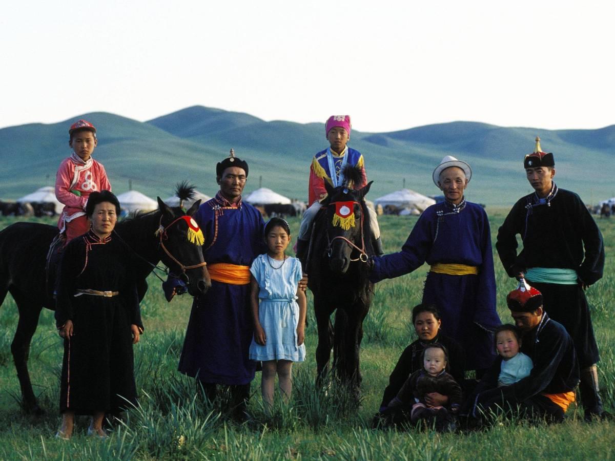 Чтобы попасть в монгольскую школу акробатики, девочкам для начала достаточно просто обладать природн