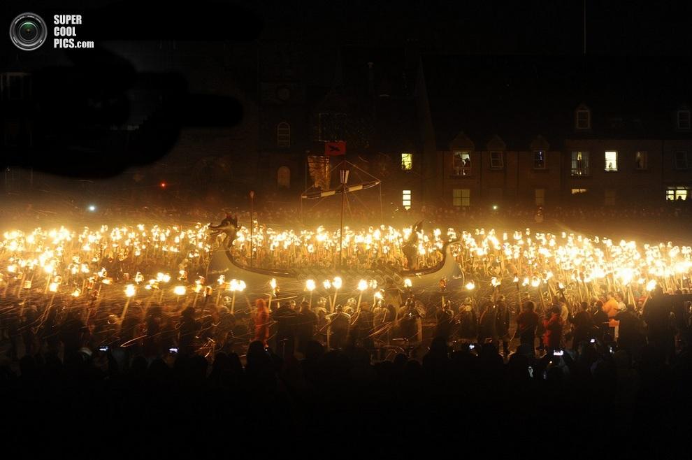 Гайзеры с факелами выстраиваются у драккара. (ANDY BUCHANAN/AFP/Getty Images)