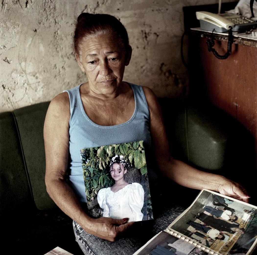 Это Мария Елена, потерявшая троих детей и племянника. Старшему, 39-летнему Уилмеру, выстрелили в лиц