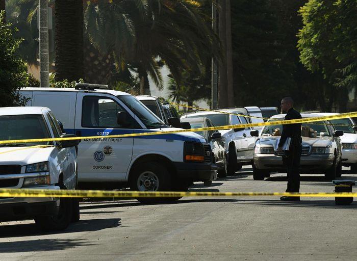 Полиция и следователи исследуют место преступления в Лос-Анджелесе, штат Калифорния. Люди иногда жал