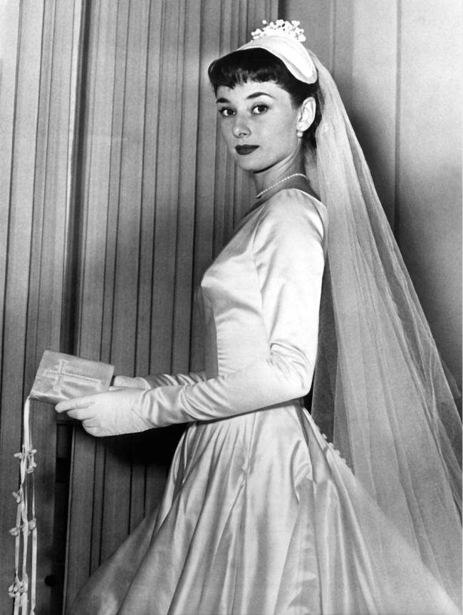 © Eastnews  Одри Хэпберн примеряет свадебное платье— она чуть невышла замуж забудущего лорд