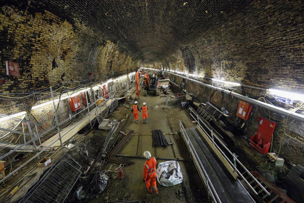 Проходческий щит пробурил очередную секцию подземного тоннеля. Куски бетона разлетаются, Лондон