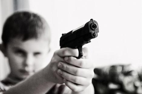 Ребенок науроке вудмуртской школе выстрелил однокласснице вглаз
