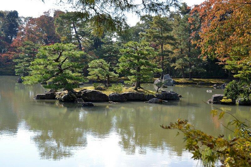 Озеро у Золотого павильона