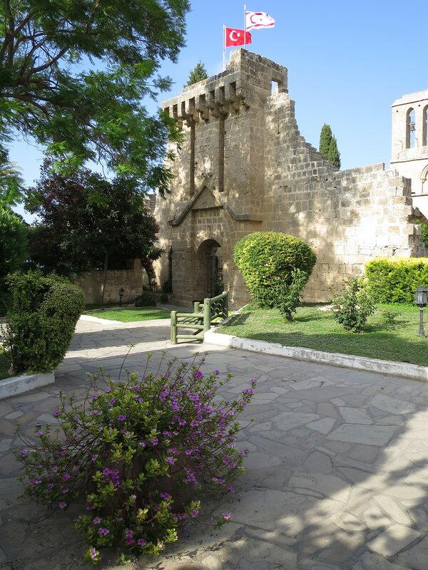 Беллапаис. Укрепленный вход в монастырь с внешней стороны