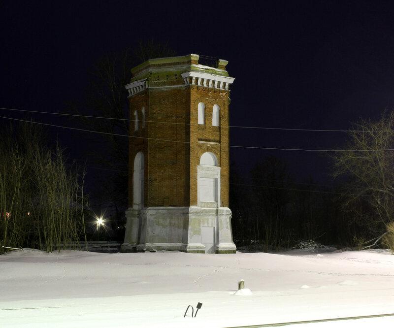 Водонапорная башня в ночи на станции Высокое.