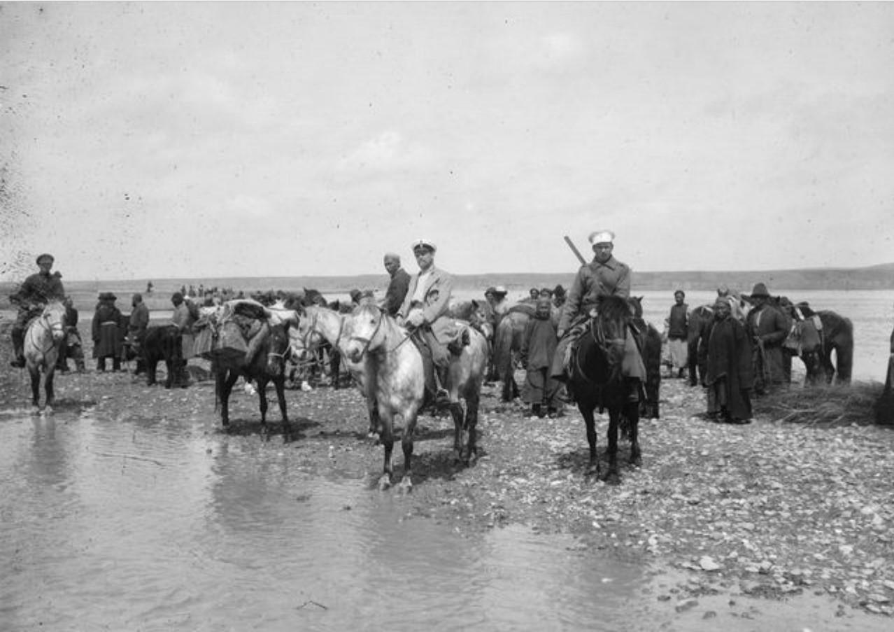 В ожидании парома через реку Или. В середине на белой лошади секретарь русского консульства А.А. Дьяков