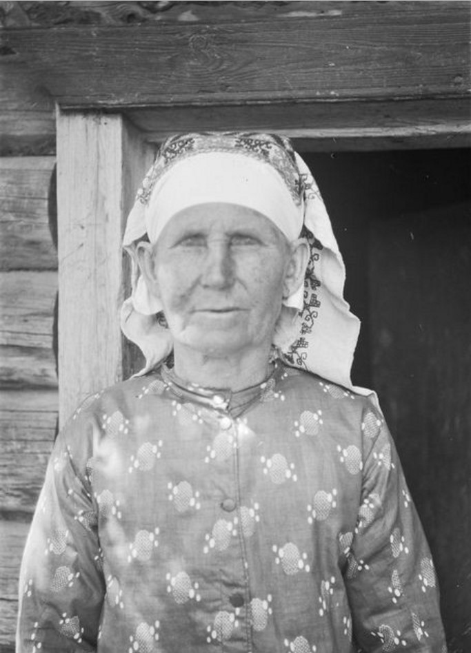 Куземкино. 63-летняя жительница в вышитом платке