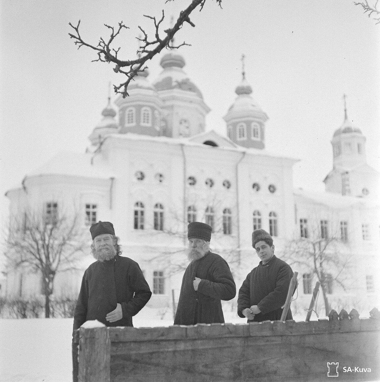1942. Монахи