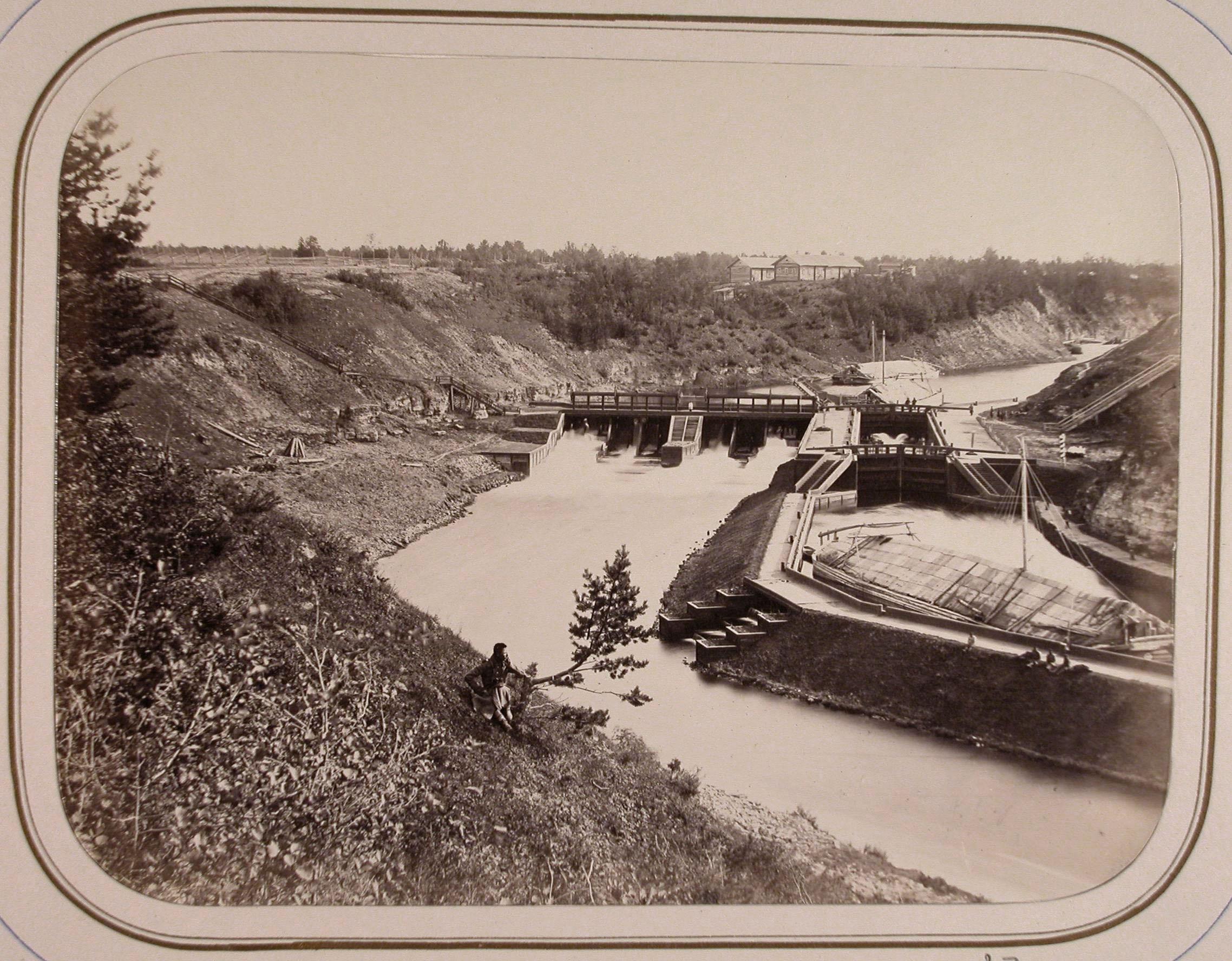 Вид одной из плотин и моста на реке Вытегре