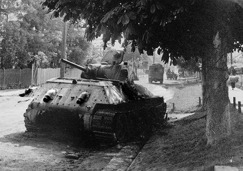 Танк Т-34 обр.1940 г. из 8-й тд оставленный у костела святого Лазаря в г. Жолква.(7)