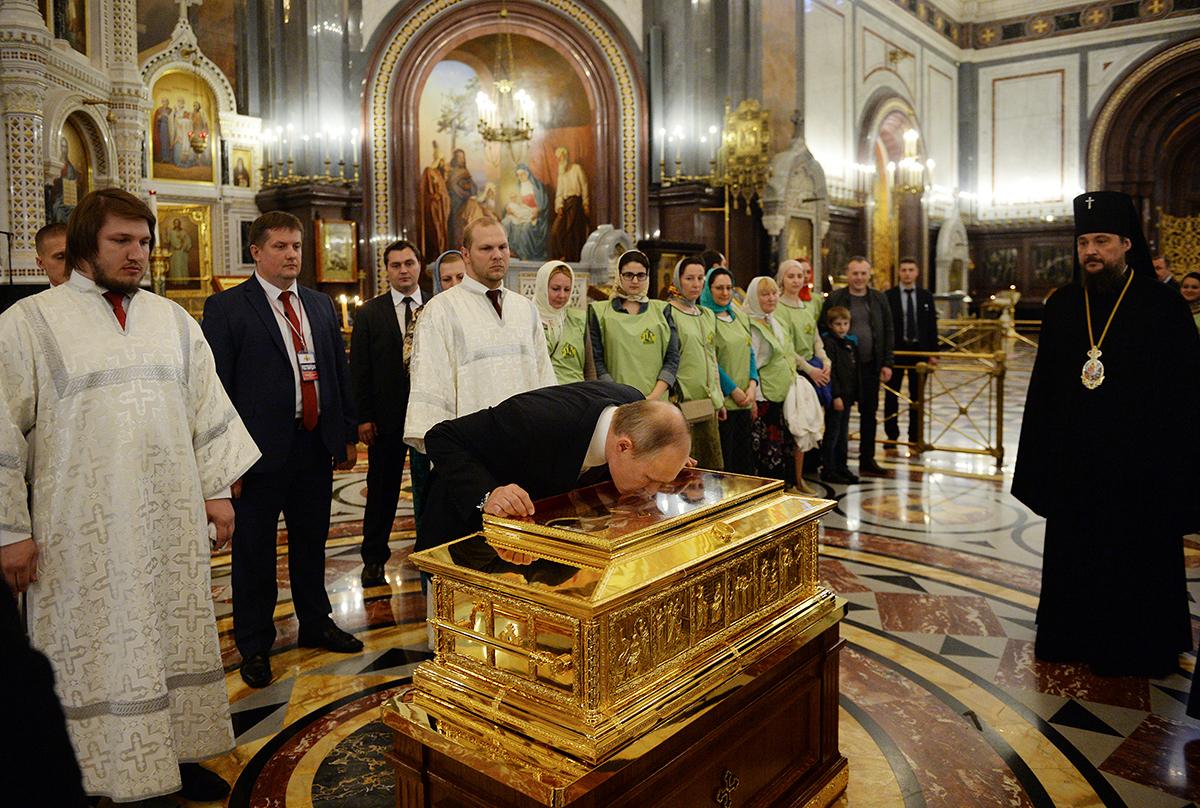24 мая, 2017-го,  после поздравления Патриарха Кирилла с днем тезоименитства, Президент РФ В.В. Путин поклонился мощам св. Николая Чудотворца в ХХС