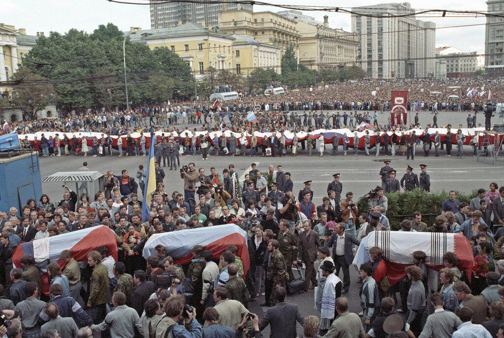 1991 Похоронная процессия с гробами погибших в ночь на 21 августа 1991 года и траурный митинг на Манежной площади. Алексей Бойцов, РИА.jpg