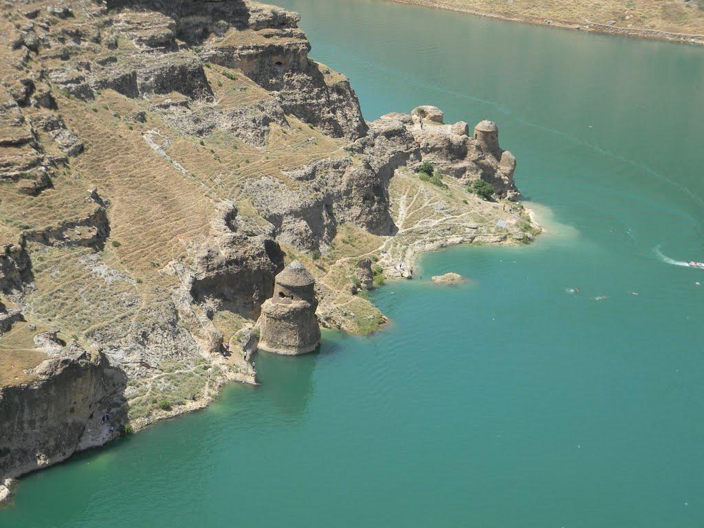 Древняя ассирийская крепость Эгиль, Турция Башни крепости заслуживают особого внимания, их стены такие гладкие будто поддавались полировке современными инструментами. Конечно в прошлом инструменты были примитивные и такое выполнить ими было нельзя.