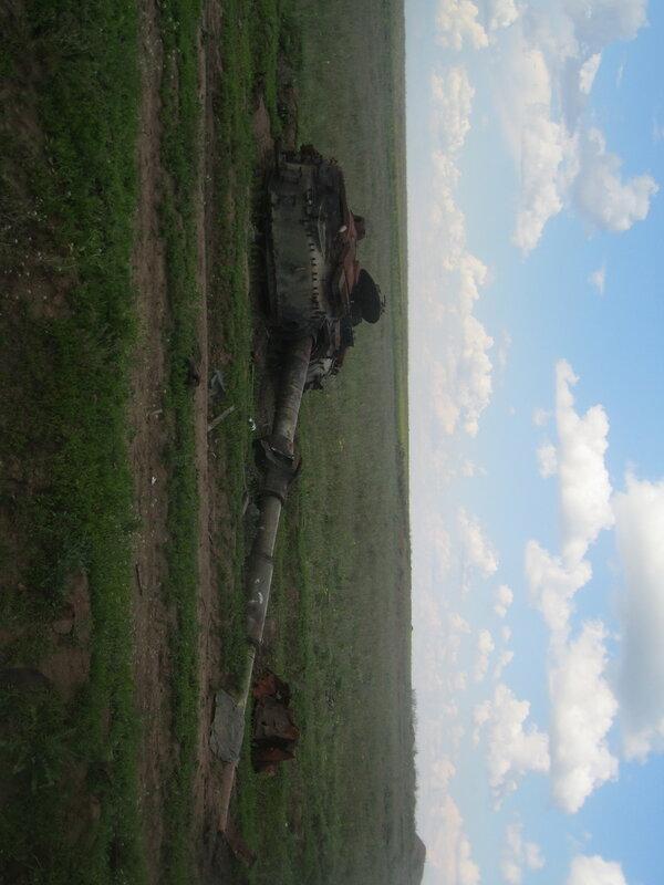 10.05.16 Дебальцево озеро Козлячье сожженный танк сорванная башня.jpg