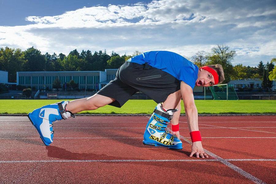 8. Андре Орлтоф из Германии быстрее всех пробежал стометровку в лыжных ботинках (17,65 секунды) …