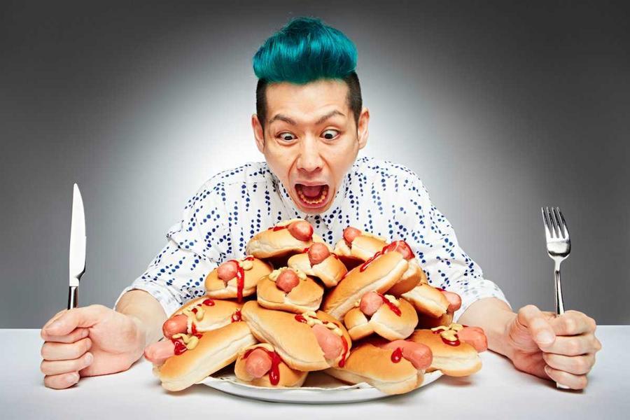 16. Такеру Кобаяси за 3 минуты съел 6 хот-догов…