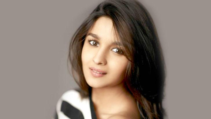 22-летняя восходящая звезда индийского кино. Снимаясь с детства, Алиа также поет в своих фильмах и с