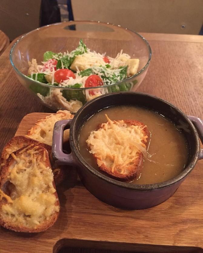 Французский луковый суп Эрик: Выглядит ****** как грустно. Дженнифер: Очень-очень плохо смотрится. А
